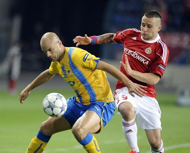 Piłkarze Wisły Kraków (w czerwonym stroju Patryk Małecki) trenowali w niedzielę w Nikozji /AFP