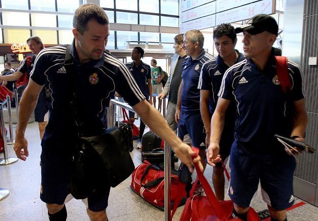 Piłkarze Wisły ze spuszczonymi głowami wrócili z Nikozji. Czy pozbierają się na mecz z Lechią? /PAP
