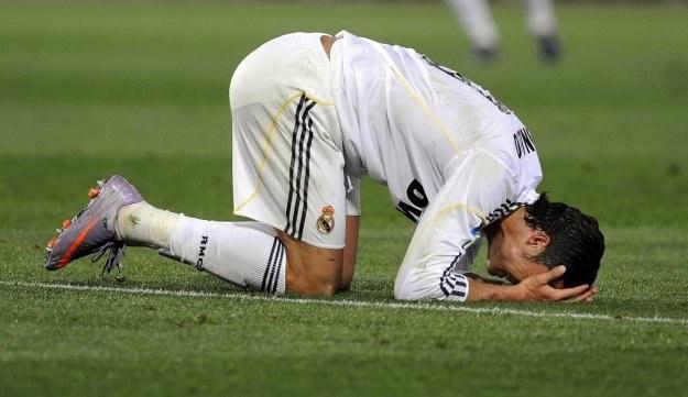 Piłkarzy Realu podczas meczu z Barceloną mogły boleć głowy /AFP