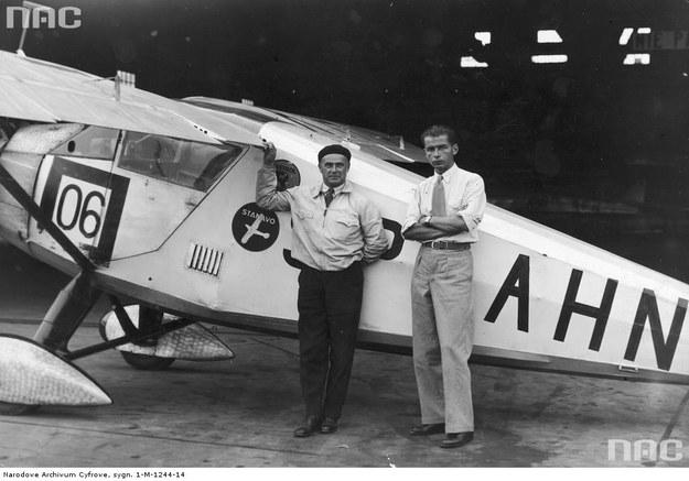 Pilot Franciszek Żwirko (z lewej) i konstruktor lotniczy Stanisław Wigura przed samolotem RWD-6 /Z archiwum Narodowego Archiwum Cyfrowego