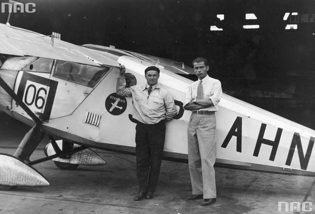 Pilot Franciszek Żwirko ( z lewej) i konstruktor lotniczy Stanisław Wigura przed samolotem RWD-6 /Z archiwum Narodowego Archiwum Cyfrowego