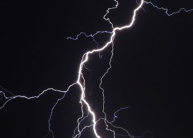 Piorun uderzył nagle (zdjęcie ilustracyjne) fot. Aris Messinis /AFP