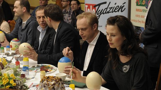 Piotr Adamczyk i Magdalena Kumorek malują jaja wielkanocne /AKPA