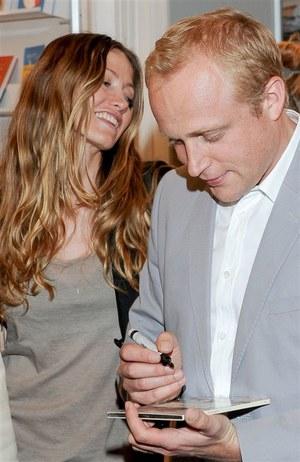 Piotr Adamczyk w towarzystwie pięknej żony podpisywał audiobooki /    /Agencja W. Impact