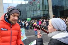 Piotr Kupicha pomagał nam rozdawać choinki w Katowicach!