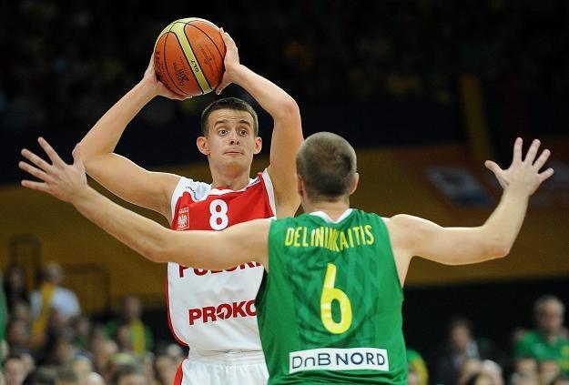 Piotr Pamuła (z piłką) to wielka nadzieja polskiej koszykówki. /AFP