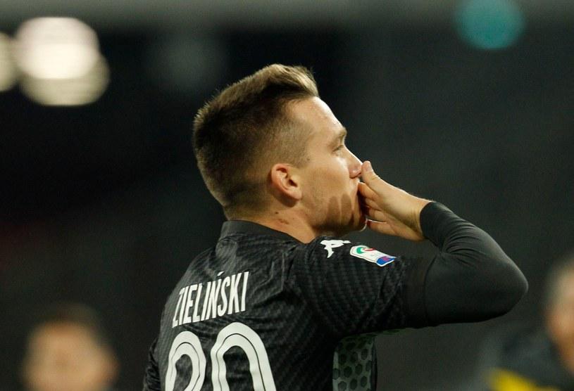 Piotr Zieliński świętuje zdobycie bramki w szlagierze przeciwko Milanowi /AFP
