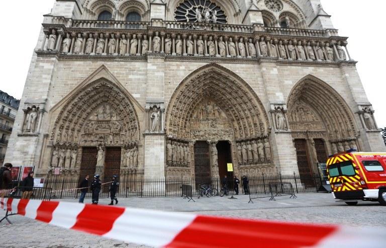Pisarz zastrzelił się w katedrze Notre Dame /AFP