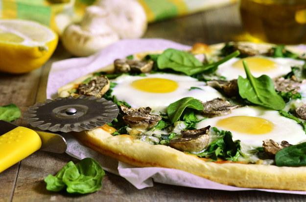 Pizza szpinakowa z jajkiem /123/RF PICSEL