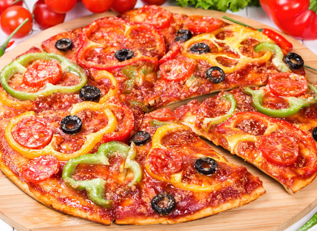 Pizza z papryką i oliwkami /©123RF/PICSEL