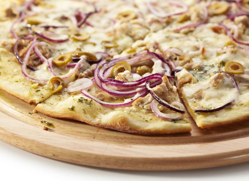 Pizza z tuńczykiem i szalotką /123RF/PICSEL
