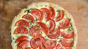 Pizza z wędzonym kozim serem i pomidorami