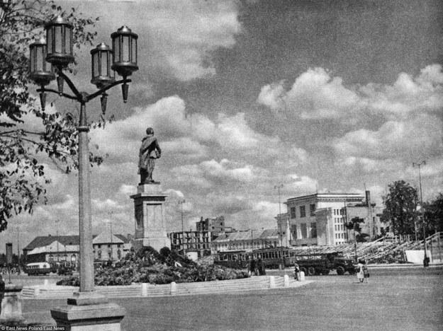 Plac i pomnik Feliksa Dzierżynskiego w Warszawie, 1951 rok /East News