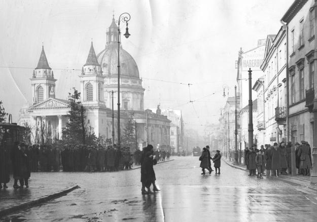 Plac Trzech Krzyży w Warszawie. W tle kościół św. Aleksandra /Z archiwum Narodowego Archiwum Cyfrowego