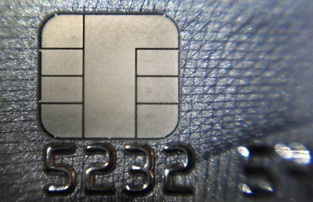 Płacenie kartą w internecie jest o wiele wygodniejsze, niż gotówka /AFP