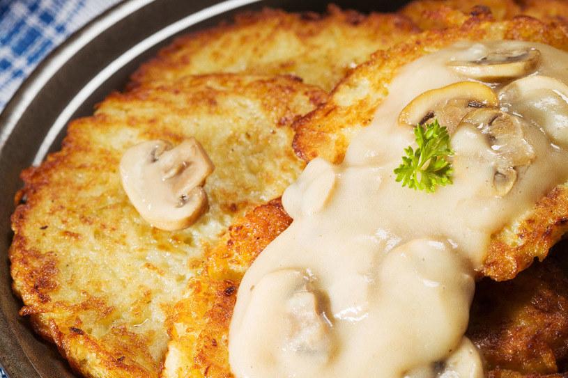 Placki z grzybami to świetne danie obiadowe /123RF/PICSEL