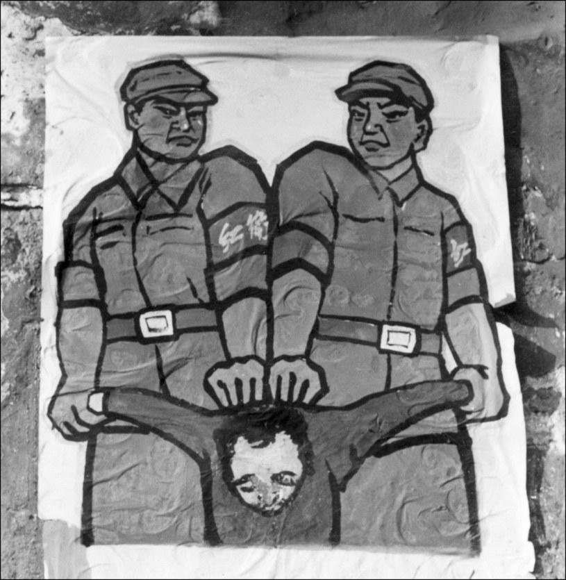 "Plakat ""Chiński wróg ludu"" na ulicach Pekinu, 1966 /AFP /AFP"