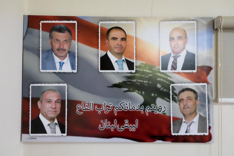 Plakat ze zdjęciem wszystkich śmiertelnych ofiar zamachów z Al-Qaa /Paweł Krawczyk /INTERIA.PL
