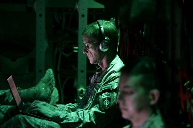 Plan X ma uczynić prowadzenie wyberwojny zadaniem równie łatwym jak obsługa gry komputerowej /AFP