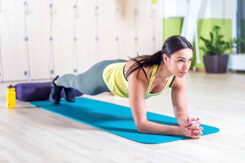 Plank to ćwiczenie, które pomaga wzmocnić mięśnie głębokie i plecy /©123RF/PICSEL