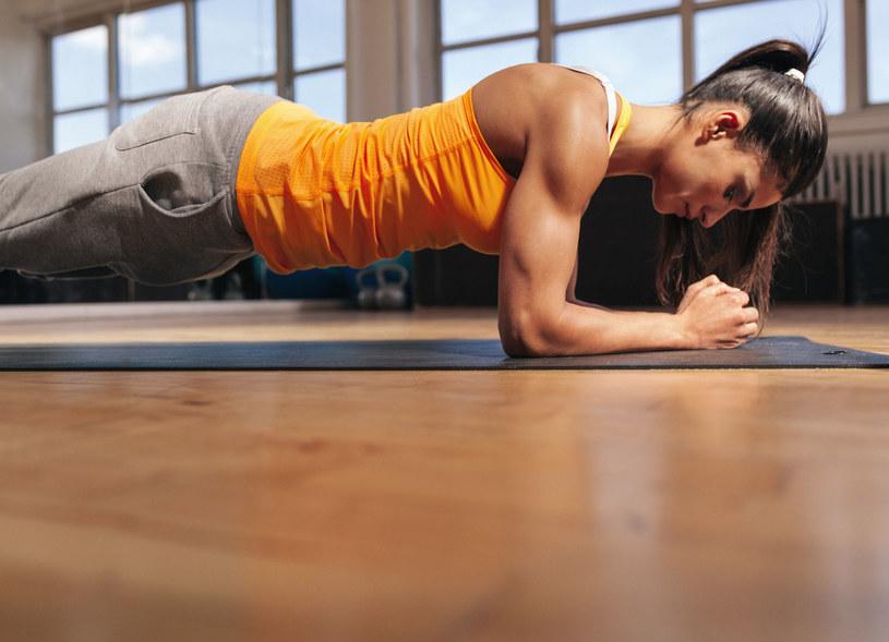 Plank wzmocni kręgosłup, mięśnie brzucha i poprawi twoje życie seksualne /©123RF/PICSEL