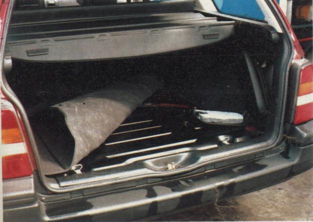 Płaska podłoga bagażnika, roleta, kładzione siedzenia. Czy dostępna jest siatka oddzielająca przestrzeń ładunkową? /Motor