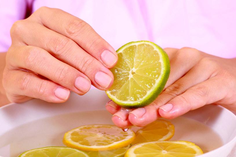 Plasterkiem cytryny codziennie przecieraj dłonie i niepomalowane paznokcie - zobaczysz jak płytki i naskórek się wzmocnią i wygładzą już po 2 tygodniach /©123RF/PICSEL