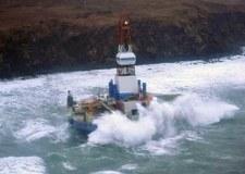 Platforma wiertnicza  uderzyła w wybrzeże, służby uspokajają, że nie doszło do wycieku