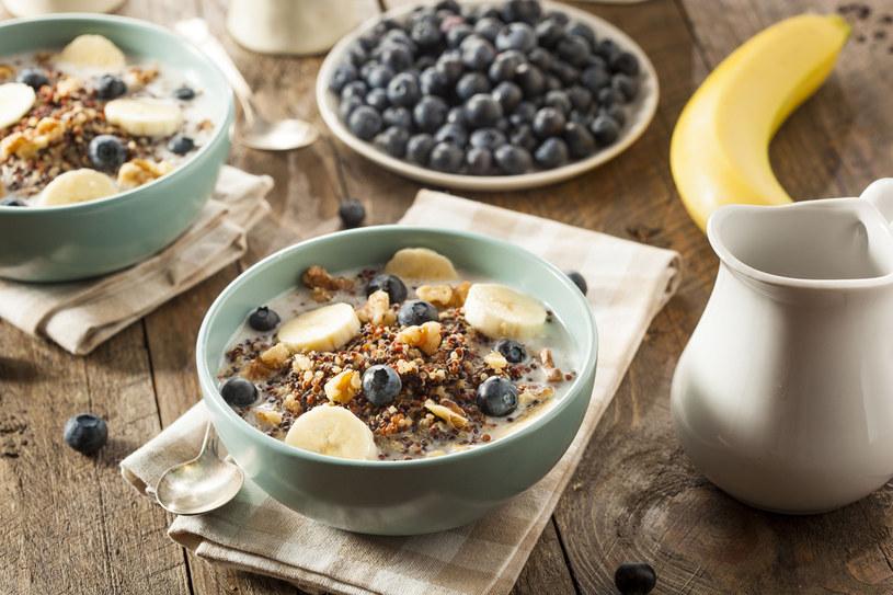 Płatki zbożowe, owoce i orzechy to śniadanie bogate w błonnik /©123RF/PICSEL
