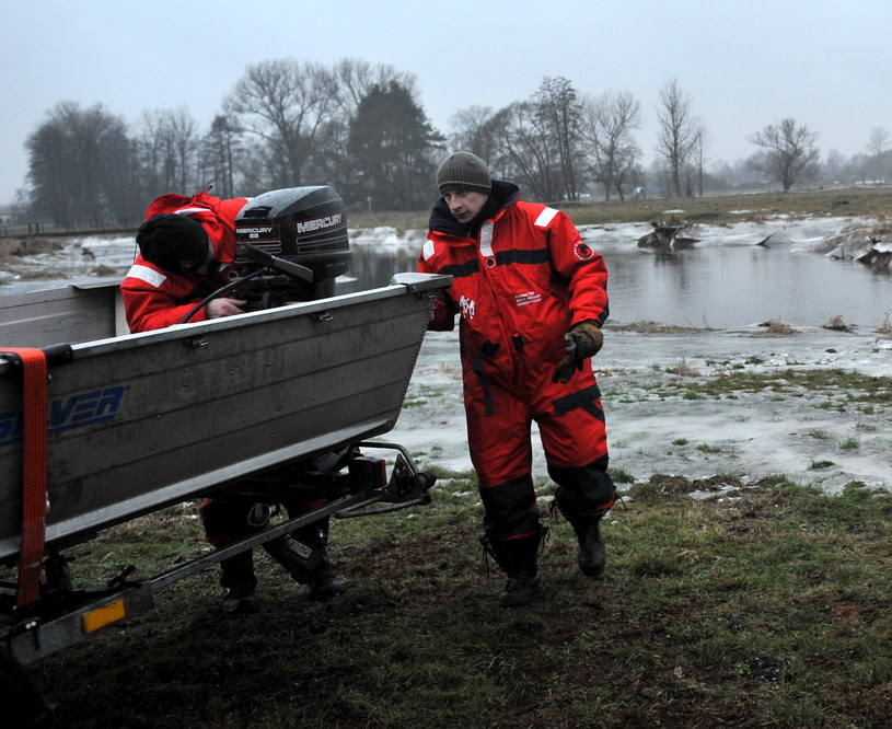 Płetwonurkowie przeszukujący rzekę Liwiec, w pobliżu wsi Kapuściaki /Przemysław Piątkowski /PAP