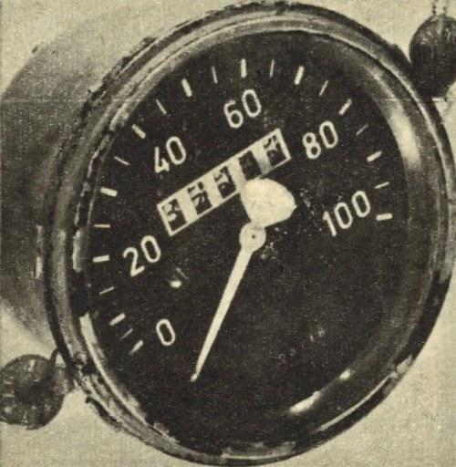 Plomby między ramą szyby i korpusem uniemożliwiają rozmontowanie obudowy szybkościomierza. /Motor