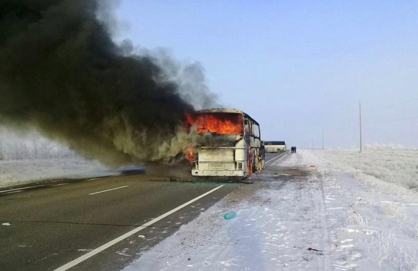 Płonący autokar w Kazachstanie /Twitter