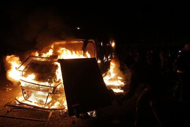 Płonący policyjny samochód na placu Tahrir w Kairze, 28 stycznia 2013 /AFP
