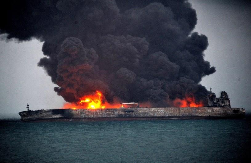 Płonący tankowiec /East News
