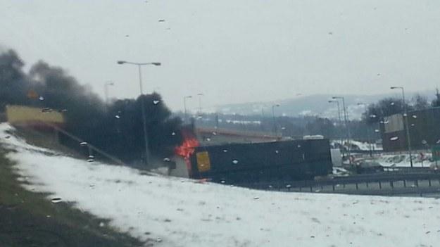 Płonie tir pod wiaduktem na obwodnicy Krakowa /foto. Piotr /Gorąca Linia RMF FM