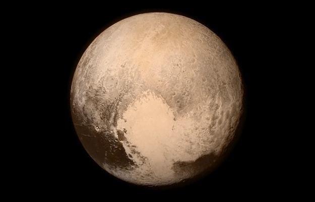 Pluton z 14 lipca 2015 roku, z odległości około 450 tysięcy km. Na środku widoczne Tombaugh Regio /NASA
