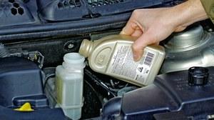 Płyn hamulcowy musi mieć odpowiednią klasę DOT. Nawet gdy na korku jest marka producenta - nie ma ona żadnego znaczenia. /Motor