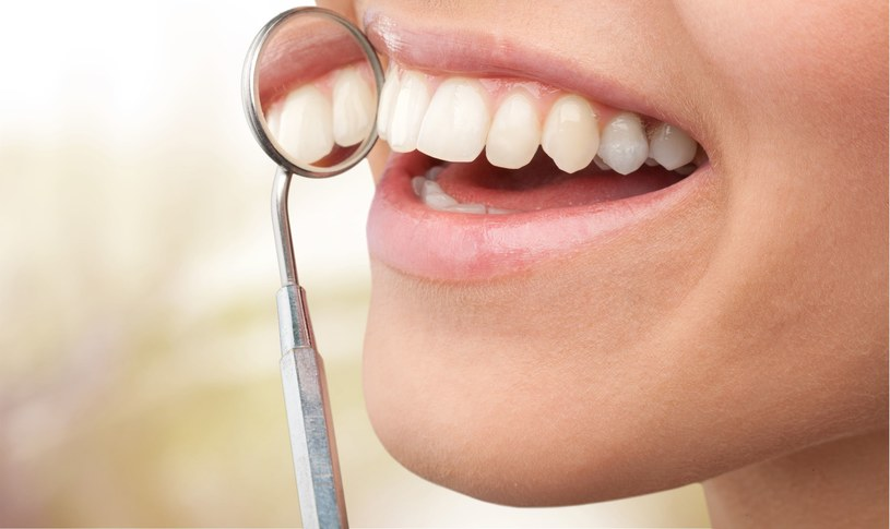 Płytka nazębna ma zasadniczy wpływ na rozwój paradontozy, dlatego trzeba ją usuwać w gabinecie dentystycznym /©123RF/PICSEL