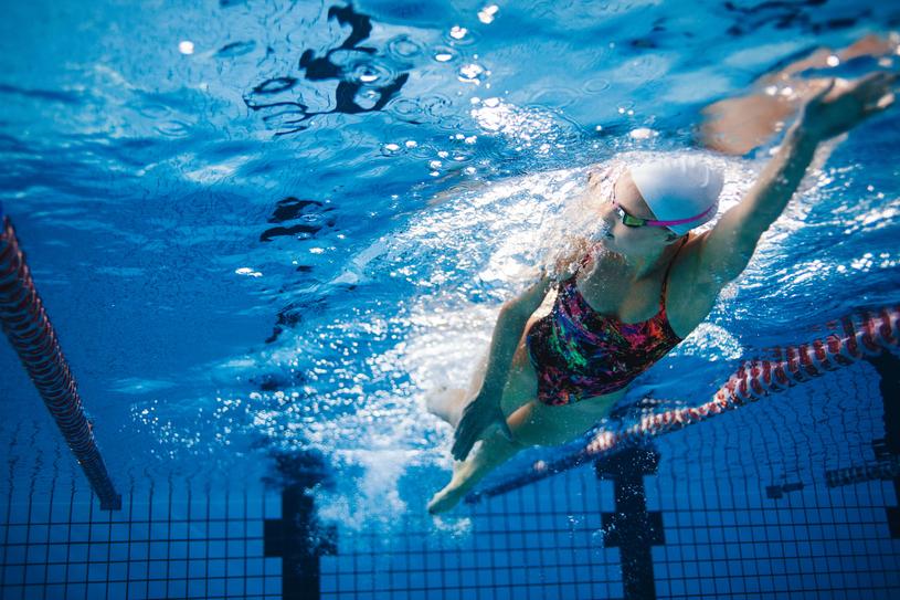 Pływanie może złagodzić bóle menstruacyjne /123RF/PICSEL
