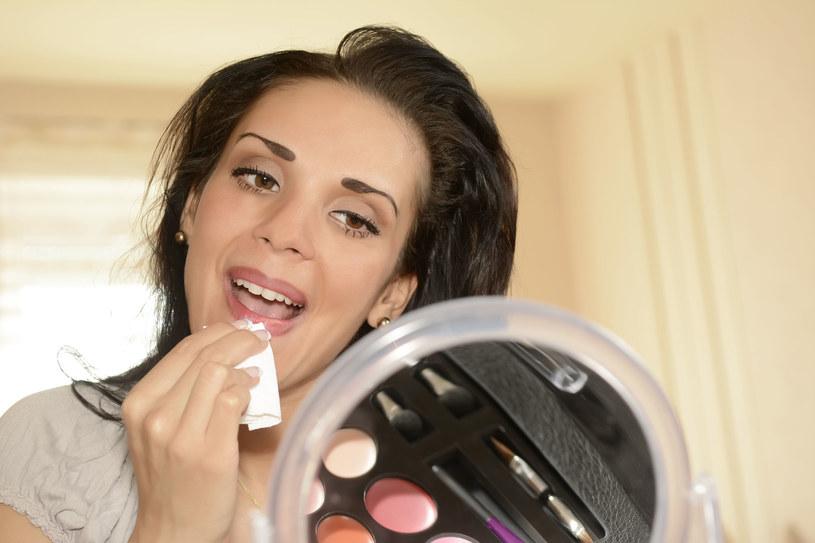 Po demakijażu zawsze przetrzyj twarz płatkiem kosmetycznym zwilżonym tonikiem bezalkoholowym /123RF/PICSEL