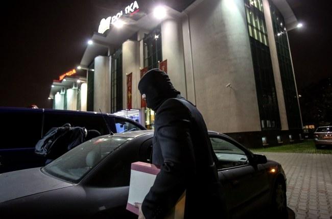 Po godz. 20 z siedziby PZPS wyszło dwóch agentów CBA /Leszek Szymański /PAP
