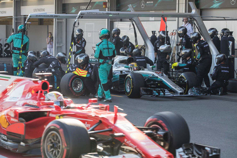 Po kolizji obaj kierowcy musieli zjechać do boksu /AFP
