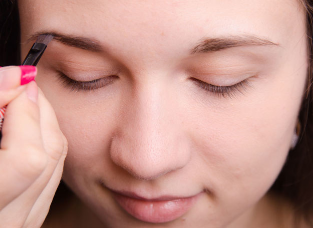 Po malowaniu brwi, przeczesz je grzebykiem /©123RF/PICSEL