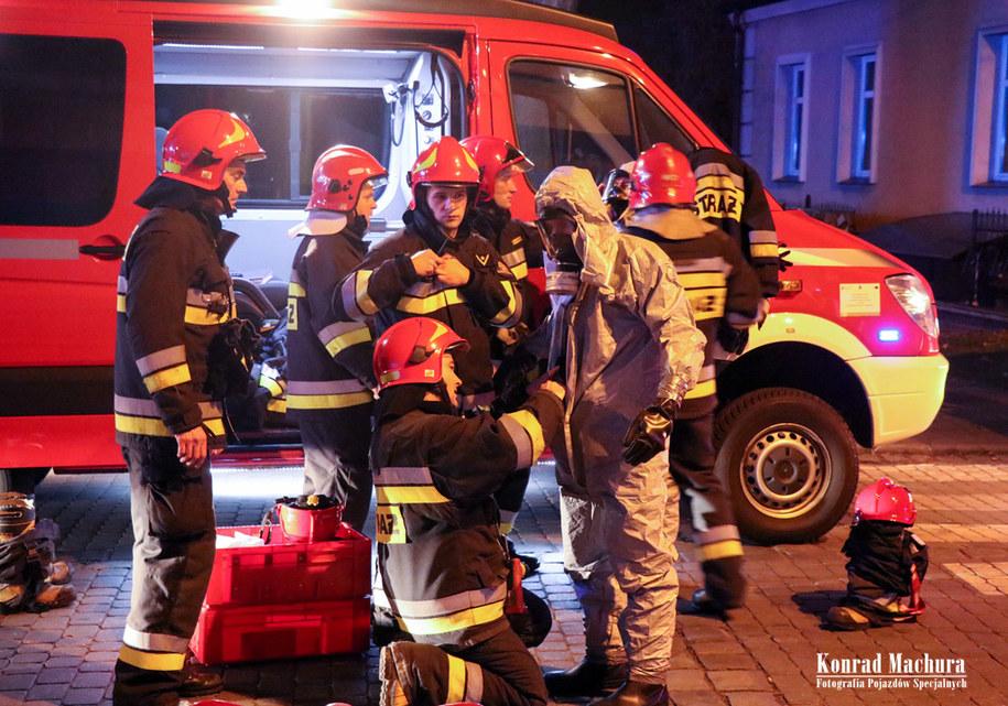 Po otrzymaniu zgłoszenia o potencjalnym zagrożeniu strażacy i policjanci wyznaczyli strefę ochronną i ewakuowali pracowników poczty /Fotografia Pojazdów Specjalnych Konrad Machura /
