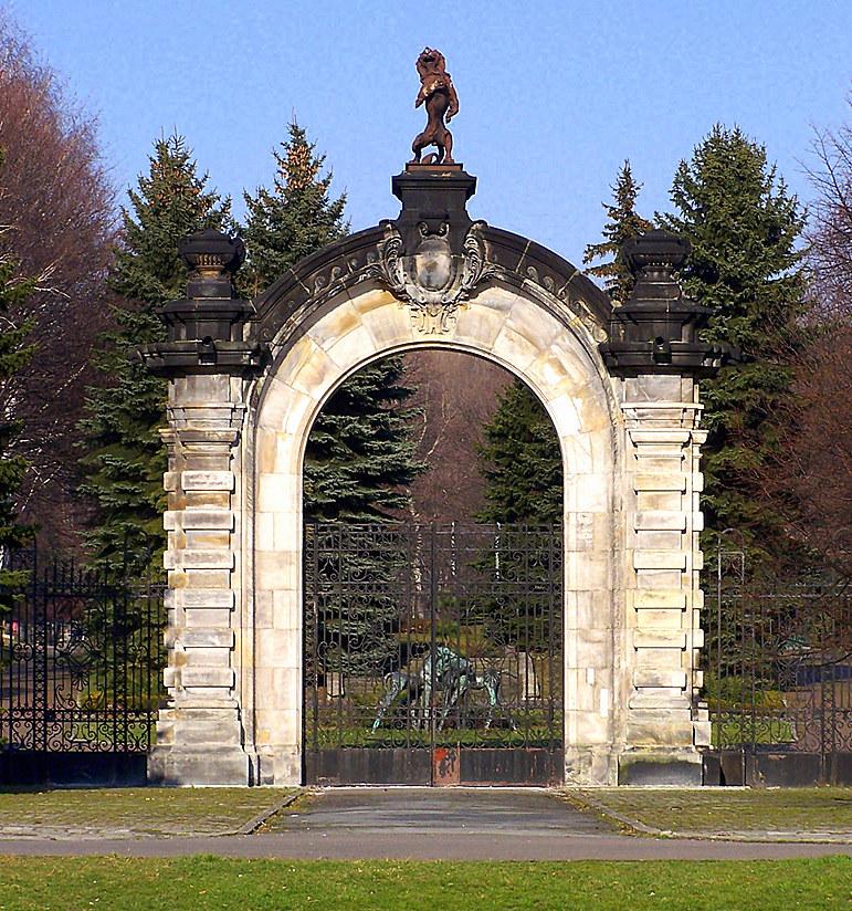Po pożarze w 1945 r. i wysadzeniu resztek murów w 1961, z pałacu pozostała tylko brama. Obecnie w chorzowskim ZOO /Archiwum autora