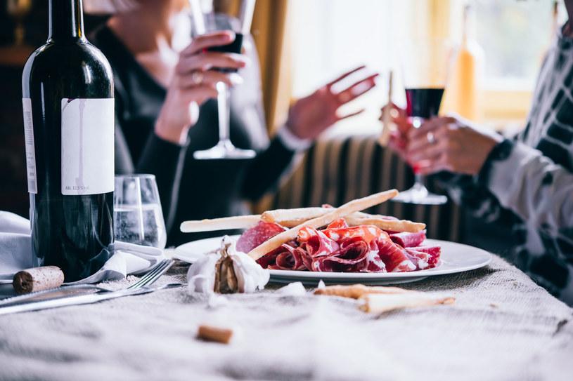 Po pracy Hiszpanie chętnie sięgają po wino i tapas /©123RF/PICSEL