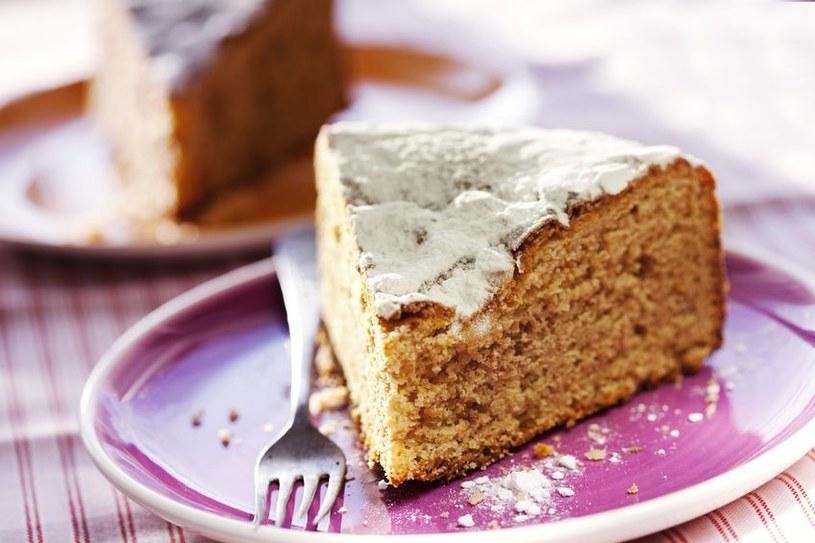 Po przekrojeniu ciasto powinno być suche i równomiernie wypieczone /©123RF/PICSEL
