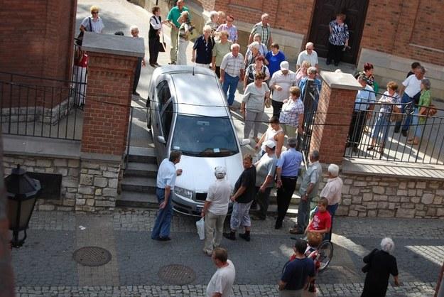 Po schodach do kościoła.