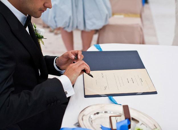 Po ślubie kobieta może zostać przy swoim nazwisku, przyjąć męża i zostawić swoje albo mieć tylko nazwisko po mężu /Piotr Knap /abcslubu.pl