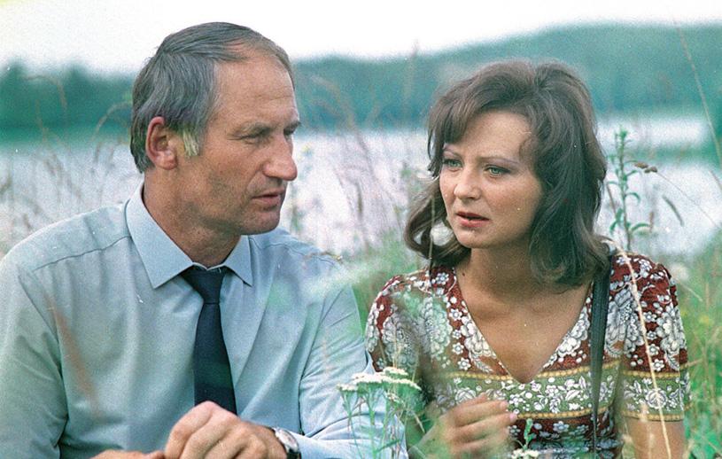 Po śmierci żony milicjant związał się z miejscową lekarką (Joanna Bogacka), czego nie akceptował Ariel /Świat Seriali